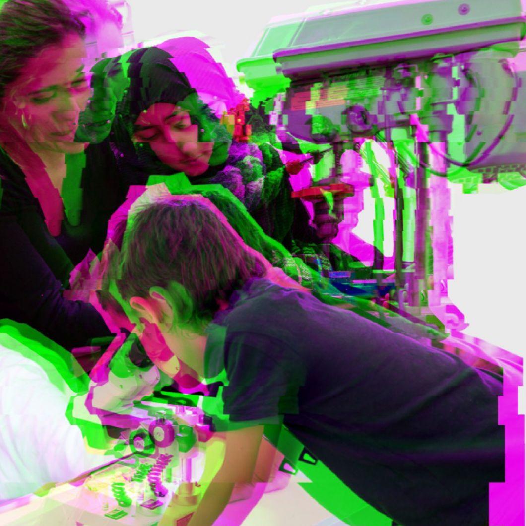 L'EDhack és un espai cívic on generar idees i projectes des de la col·laboració. En un EDhack, les persones que hi participen complementen experteses per trobar solucions i superar reptes educatius en un sentit ampli (feminismes, sostenibilitat, educació al llarg de la vida, cultura, etc.). És un laboratori educatiu comunitari de cocreació.