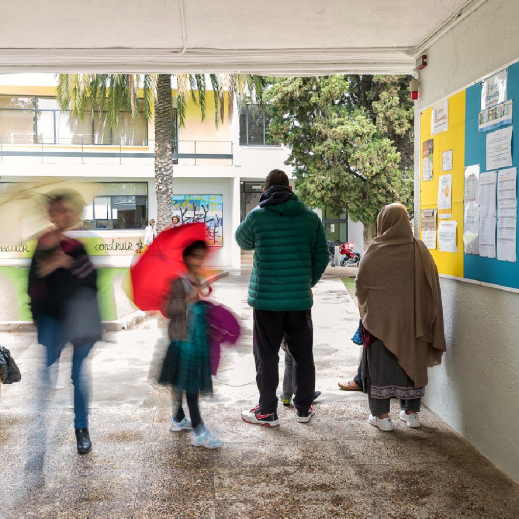 Treball conjunt amb els centres escolars per a la millora de les relacions i el vincle entre família i escola, partint de la hipòtesi que el vincle família?escola ben treballat reverteix en la millora del resultats de l'alumnat.