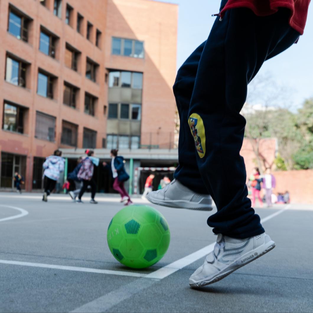 FutbolNet és una proposta de la Fundació FCBarcelona dissenyada per, a través de la pràctica esportiva vinculada al futbol, educar en valors els infants i joves d'entre 10 i 16 anys, a barris de ciutats catalanes identificats com a prioritaris per a la intervenció social i comunitària.
