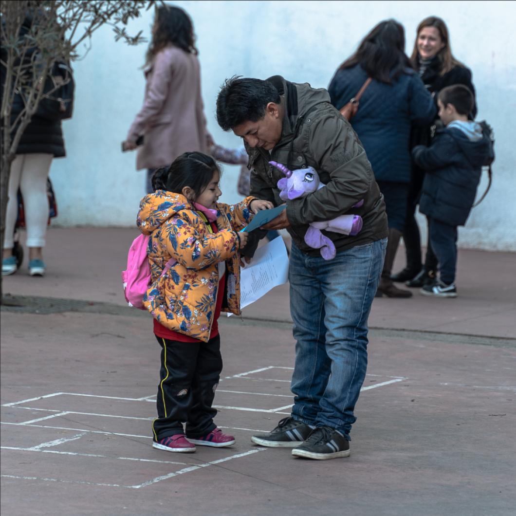 """El projecte """"Famílies amb veu"""" respon a la voluntat de conèixer i enfortir la participació de les famílies a l'escola a partir de la hipòtesi que el sector famílies com a stakeholder de l'educació està infra-representat i la seva acció en el sistema sovint resta a la perifèria."""